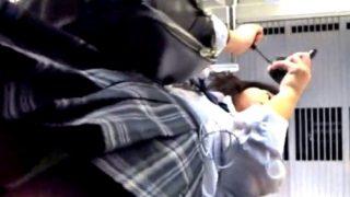 通学電車でマスカラ塗っちゃう背伸びJKちゃんのド派手な蛍光イエローパンチラ