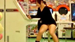 【盗撮】休日のゲーセンにいたJKちゃん、ワンピのスカートが短すぎてパンチラしまくりだったwww
