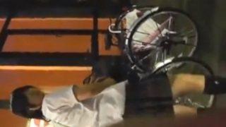 【閲覧注意】夜の書店の自転車置場でパンチラをフラッシュ盗撮 → スカートめくりで盗撮バレを楽しむ犯罪映像がヤバい・・・