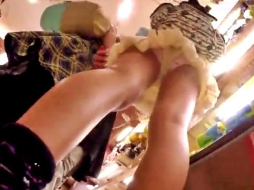 お土産ショップで家族連れのJSCを手撮り&スカートめくりでパンチラ盗撮(計4名)【わらわら】