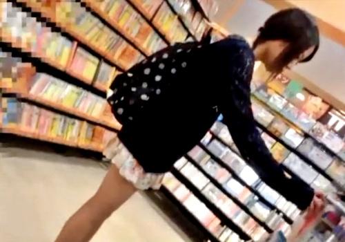 子供みたいな体型の私服JKちゃんを逆さ撮りとスカートめくりでパンチラ盗撮