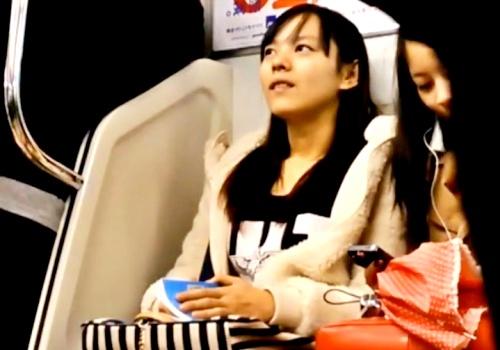 【衝撃】駅にてパンチラ盗撮。スカートめくりに気付いてしまった女の子の反応がこちら・・・【ふくろう】