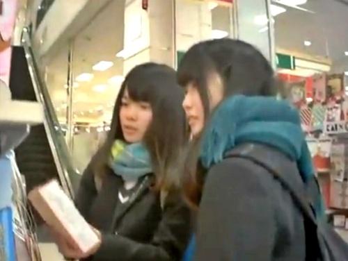 【盗撮】JKなりたての美少女(推定処女)、注文通りの純白綿ぱんつを逆さ撮りされる