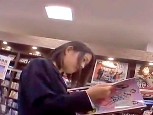 本屋で立ち読み中の制服JCちゃん、大人ぶったパンツと可愛いお顔をネットに晒される被害・・・