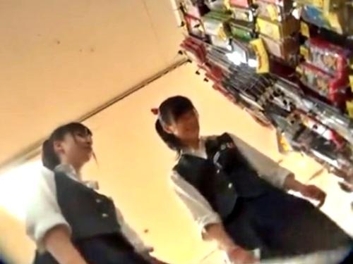 あっなたとコンビニ~♪店内で制服JKからJCに見えそうな美少女を逆さ撮りしたパンチラ盗撮動画、捗りまくるwww