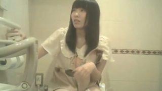 トイレ盗撮界最強の撮り師、ペチパン穿いたアイドル疑惑の私服娘の放尿シーンを隠し撮りしてしまう
