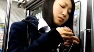 生意気そうな美少女JKちゃん、変態にスカートめくられパンチラ盗撮被害にあう・・(動画あり)