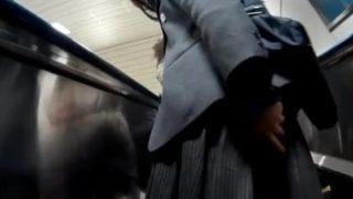 """【動画】あどけない顔の美少女FJKに完全に """"盗撮バレ"""" しながらもめくり撮りを敢行するパンチラ撮り師さん・・・"""