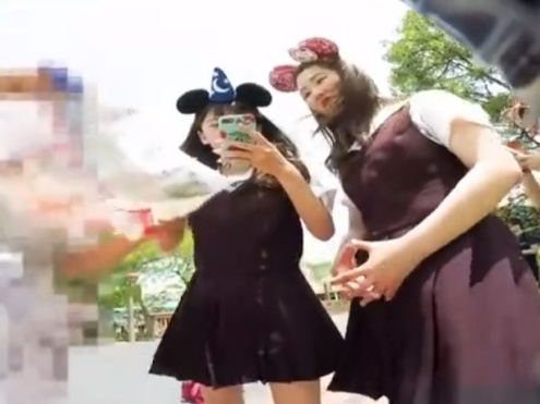 【夢の国にて】ディ○ニーランドでのJKパンチラ盗撮案件。声掛け→フロント撮りでピンクPゲット