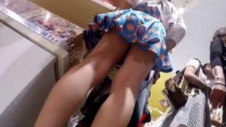 混み合う雑貨店店内でJCのスカートめくり上げてパンチラ盗撮しまくる伝説の撮り師の功績(動画)