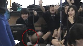学校の歌のイベントでパンチラしちゃう制服JKちゃん、発見されるwwww