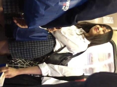 このレベルの美少女JKの食い込み白パンチラを直下撮りで鑑賞できるとか最高だよなwww【に】