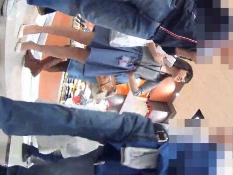 社員証ぶら下げてデパ地下でお買い物中の美人OLの清楚な純白パンチラ、シコいwwww