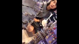 黒髪ショートボブのアイドル顔の美少女私服JKちゃん、生パンでお買い物中に逆さ撮り盗撮されてしまうww【わんぱく液】