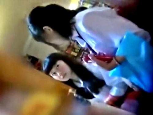 【逆さ撮り盗撮】どこにでもいそうな制服JKのピンクパンツって逆にエロいよなwwww