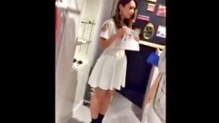 【逆さ撮り盗撮】ひらひらスカートのギャル系ショップ店員の白黒ツートンパンチラ