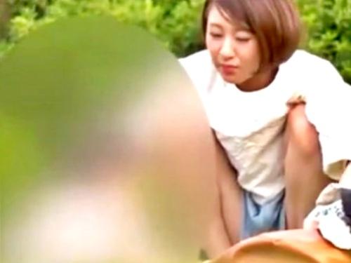 【盗撮】昼下がりの公園にいる子供連れのロリ妻ちゃん、パンチラと胸チラ撮り放題だったwww
