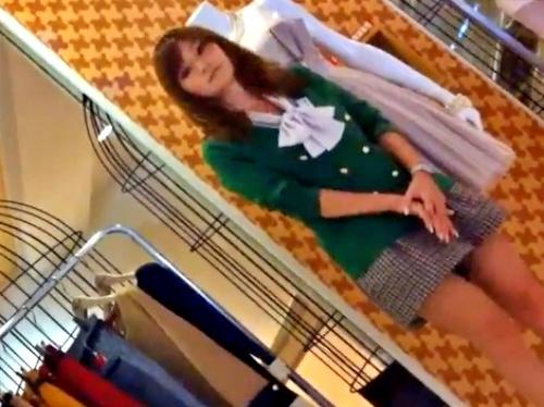 【逆さ撮り盗撮】こんなに美人なのにパンツは血まみれの店員のお姉さん、動画を晒される・・・
