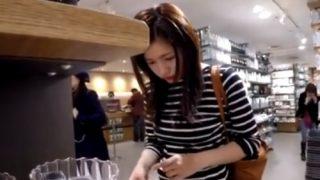 休日のショッピングモールでスレンダーニーハイ美女の純白パンチラを逆さ撮りしたったwww