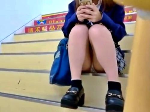 【盗撮動画】ショッピングセンターで1人うろつくギャル系JKの純白サテンパンチラの撮影に成功したったww