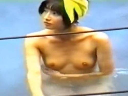 【動画】キョロキョロと落ち着きのない美乳美少女、盗撮スポットで有名な露天風呂で隠し撮りされる