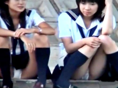 【盗撮動画】川岸でガールズトーク中のセーラー服JK、Wパンチラ撮り放題でしたwwww