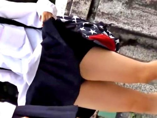 【盗撮動画】修学旅行中でゴキゲンな制服JCちゃん、スカートをたくし上げて撮り師にパンチラを披露してしまうwww
