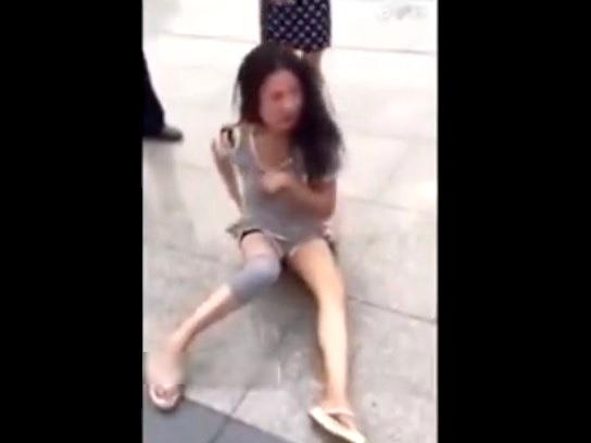 【動画】いじめられっ子JK、公衆の面前で服を剥がされおっぱい丸出しされてしまう・・・