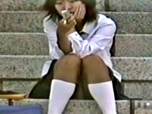 【動画】放課後のヤンキーJCKたち、お行儀が悪すぎてパンチラ撮り放題だったwwww