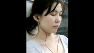 【胸チラ盗撮】電車でうたた寝している清楚系美女を至近距離から観察する危険人物の犯行映像・・・