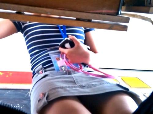 男子生徒がいたずらで盗撮した小学校の女教師のパンチラ盗撮映像、ネットに出回ってしまう(動画2本)