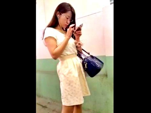 フェロモンを振りまく女教師風の眼鏡のお姉さんのめくり撮りスト越しパンチラ、ドスケベすぎるwww