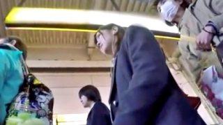 逮捕済み撮り師の残した遺作パンチラ!美少女JKに徹底的に粘着して逆さ撮りする危険な映像