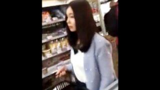 スーパーでフェロモンを振りまく罪な美人妻さん、パンチラ逆さ撮りで制裁を受けるwwww(盗撮動画)