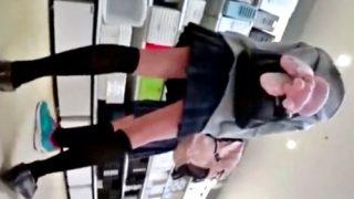 リュックにでかいぬいぐるみ付けてるロリJKの純白パンチラを連日隠し撮りwwww(盗撮動画)