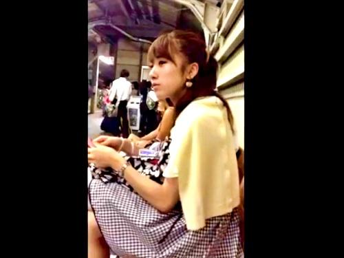 この美人すぎるJDちゃん、盗撮魔に電車でスカートめくりされるも何も言えない・・・(盗撮動画)