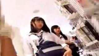 【盗撮動画】カーデ巻きの上玉美少女JKの純白パンチラ、オカズとして最高すぎる