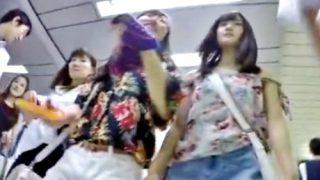 背伸びファッションで街に繰り出した鬼カワJKちゃん、フロントパンチラ撮り放題の洗礼を受けるwww