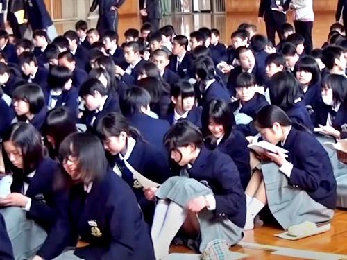 FJKちゃん、新入生集会イベントで早速パンチラを披露させられてしまうwww(動画あり)