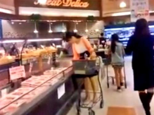 【逆さ撮り盗撮】スーパーで夕食の買い出しをする清楚な奥様方の日常パンティー