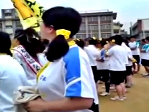 【盗撮】運動会に来た保護者、子供そっちのけで地味顔巨乳メガネJCの乳揺ればかり撮影してしまうww