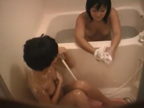 【民家盗撮】ちっぱい妹とむっちりお姉ちゃんの仲良し姉妹の入浴シーンを窓の隙間から隠し撮り・・・