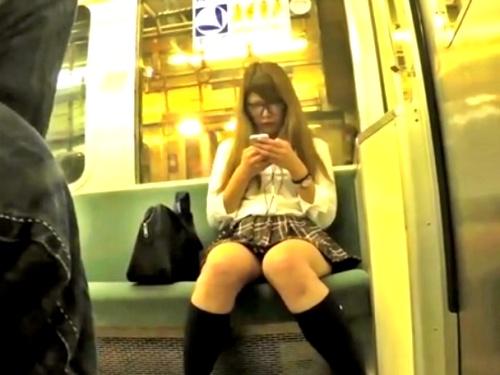 サブカル系メガネJKちゃん、粘着ストーカー撮り師の執拗なパンチラ盗撮の餌食になってしまう