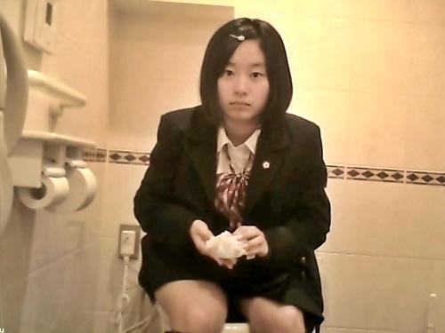 ※閲覧注意 童顔美少女JKちゃん、隠しカメラが設置された女子トイレに入った結果・・・