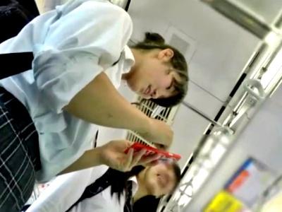 【動画】童顔JKちゃん、ムッチムチの下半身に張り付く純白綿ぱんつを長時間盗撮されるwww