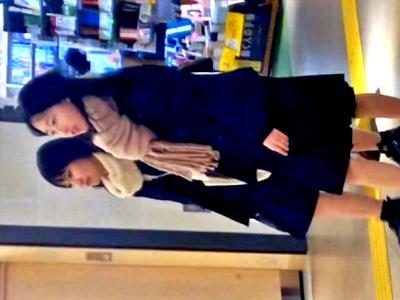 【動画】レズカップル!?お手々繋いでデート中の2人組JKちゃんズをローアングルから盗撮してみたwww