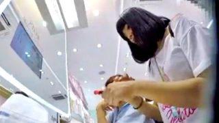 化粧品店で見つけた逸材美少女(制服JK)、しゃがみ込みパンチラを直下アングルで激写されるwww