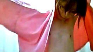 AAAカップに虫刺されレベルの乳首の美人OLさん、着替え盗撮で恥ずかしい貧乳を世界に晒される(動画あり)