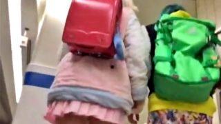JKからランドセル背負ったJSまでパンチラ盗撮の対象にする危険人物(動画)