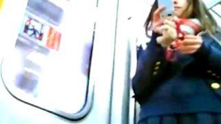 【盗撮】ブレザーに紺ハイソックスの正統派美少女JKの制服パンチラが激シコすぎるwww